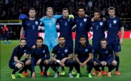 Para pemain Inggris berfoto bersama sebelum bertanding pada laga persahabatan melawan Jerman di Stadion Signal Iduna Park, Dortmund, Jerman pada Kamis (23/3/2017) dini hari WIB. Jerman sukses menaklukkan The Three Lions -julukan Inggris- dengan skor tipis 1-0. (Reuters / Carl Recine)