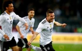 Lukas Podolski (kanan) melakukan selebrasi seusai mencetak gol ke gawang Inggris pada laga persahabatan di Stadion Signal Iduna Park, Dortmund, Jerman pada Kamis (23/3/2017) dini hari WIB. Jerman sukses menaklukkan The Three Lions -julukan Inggris- dengan skor tipis 1-0. (Reuters / Wolfgang Rattay)