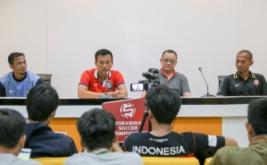Mantan Pelatih Kepala Sriwijaya FC Widodo Cahyono Putro (kedua kiri) didampingi Sekretaris Tim Sriwijaya FC Ahmad Haris (kedua kanan), Pelatih Fisik Hendro Kartiko (kanan) dan Asisten Pelatih Khusaeri (kiri) menjawab pertanyaan wartawan saat press conference hasil evaluasi akhir tim Sriwijaya FC di Stadion Gelora Sriwijaya Jakabaring (GSJ) Palembang, Sumatera Selatan, Sabtu (25/3/2017). Jelang bergulirnya kompetisi Liga 1 Indonesia, manajemen Sriwijaya FC memutuskan tidak memperpanjang kontrak Pelatih Kepala Sriwijaya FC Widodo Cahyono Putro, dua Asisten Pelatih Khusaeri dan Francis Wawengkang, Pelatih Kiper Hendro Kartiko dan Pelatih Fisik Irwansyah karena dinilai tidak memenuhi target yang ditetapkan managemen Sriwijaya FC.
