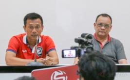 Mantan Pelatih Kepala Sriwijaya FC Widodo Cahyono Putro menjawab pertanyaan wartawan saat press conference hasil evaluasi akhir tim Sriwijaya FC di Stadion Gelora Sriwijaya Jakabaring (GSJ) Palembang, Sumatera Selatan, Sabtu (25/3/2017). Jelang bergulirnya kompetisi Liga 1 Indonesia, manajemen Sriwijaya FC memutuskan tidak memperpanjang kontrak Pelatih Kepala Sriwijaya FC Widodo Cahyono Putro, dua Asisten Pelatih Khusaeri dan Francis Wawengkang, Pelatih Kiper Hendro Kartiko dan Pelatih Fisik Irwansyah karena dinilai tidak memenuhi target yang ditetapkan managemen Sriwijaya FC.
