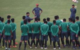 Pelatih Timnas U-19 Indra Sjafri (tengah) memberikan arahan saat seleksi dan pelatihan calon pemain Timnas U-19 di Lapangan Atang Sutresna, Cijantung, Jakarta Timur, Senin (27/3/2017). Pelatih Indra Sjafri kembali merekrut 12 pemain baru menjadi 35 peserta seleksi setelah sebelumnya mendegradasi 12 pemain jelang berlangsungnya Piala AFF U-18 pada September 2017 dan kualifikasi Piala AFC U-19 pada Oktober 2017.