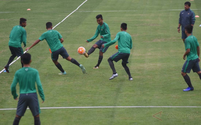 Pelatih Timnas U-19 Indra Sjafri (kanan) memantau para peserta berlatih mengolah bola saat mengikuti seleksi dan pelatihan calon pemain Timnas U-19 di Lapangan Atang Sutresna, Cijantung, Jakarta Timur, Senin (27/3). Pelatih Indra Sjafri kembali merekrut 12 pemain baru menjadi 35 peserta seleksi setelah sebelumnya mendegradasi 12 pemain jelang berlangsungnya Piala AFF U-18 pada September 2017 dan kualifikasi Piala AFC U-19 pada Oktober 2017.