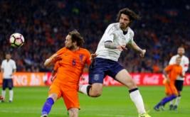 Aksi Pemain timnas Italia Alessio Romagnoli dengan pemain Belanda Daley Blind pada laga persahabatan Belanda melawan Italia di Stadion Amsterdam Arena, Belanda, Rabu (29/3/2017) dini hari WIB. (Reuters/Michael Kooren)
