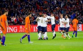 Pemain Timnas Italia Ciro Immobile melakukan selebrasi bersama sejumlah pemain Italia seusai mencetak gol ke gawang belanda pada laga persahabatan Belanda melawan Italia di Stadion Amsterdam Arena, Belanda, Rabu (29/3/2017) dini hari WIB. (Reuters/Michael Kooren)