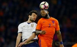 Aksi pemain Timnas Belanda Jeremain Lens (kanan) berebut bola diudara dengan pemain Italia Marco Parolo pada laga persahabatan Belanda melawan Italia di Stadion Amsterdam Arena, Belanda, Rabu (29/3/2017) dini hari WIB. (Reuters/Michael Kooren)