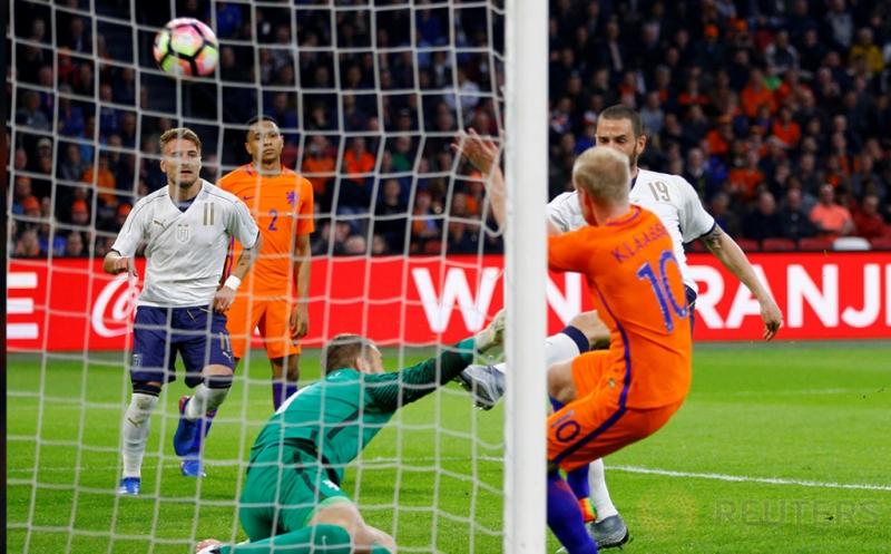 Pemain Timnas Italia Leonardo Bonucci (kanan belakang) mencetak gol ke gawang Belanda pada laga persahabatan Belanda melawan Italia di Stadion Amsterdam Arena, Belanda, Rabu (29/3/2017) dini hari WIB. (Reuters/Michael Kooren)
