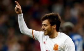 Pemain Spanyol David Silva melakukan selebrasi seusai mencetak gol ke gawang Prancis pada laga persahabatan yang berlangsung di Stade de France, Prancis, pada Rabu (29/3/2017) dini hari WIB. Prancis harus menerima kekalahan dari tamunya Spanyol dengan skor 0-2. (Reuters / Gonzalo Fuentes)