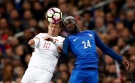 Aksi Pemain Spanyol Thiago Alcantara (kiri) berebut bola diudara dengan Pemain Prancis Tiemoue Bakayoko pada laga persahabatan yang berlangsung di Stade de France, Prancis, pada Rabu (29/3/2017) dini hari WIB. (Reuters / Gonzalo Fuentes)