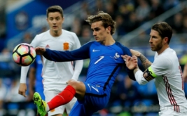 Aksi Pemain Spanyol Sergio Ramos (kanan) dengan Pemain Prancis Antoine Griezmann pada laga persahabatan yang berlangsung di Stade de France, Prancis, pada Rabu (29/3/2017) dini hari WIB. (Reuters / Benoit Tessier)