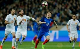 Pemain Spanyol Gerard Deulofeu melakukan selebrasi setelah mencetak gol ke gawang Prancis pada laga persahabatan yang berlangsung di Stade de France, Prancis, pada Rabu (29/3/2017) dini hari WIB. (Reuters / Gonzalo Fuentes)