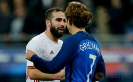 Pemain Spanyol Daniel Carvajal (kiri) bersalaman seusai pertandingan dengan pemain Prancis Antoine Griezman pada laga persahabatan yang berlangsung di Stade de France, Prancis, pada Rabu (29/3/2017) dini hari WIB. (Reuters / Benoit Tessier)