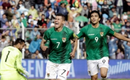 Pemain Bolivia Juan Carlos Arce (kiri) melakukan selebrasi setelah mencetak gol ke gawang Argentina yang di jaga kiper Sergio Romero pada Kualifikasi Piala Dunia 2018 di Estadio Hernando Siles, La Paz, Bolivia, Selasa (29/3/2017) dini hari WIB. Tim Nasional Argentina mengalami kekalahan 0-2 dari Bolivia pada pertandingan kualifikasi Piala Dunia 2018 zona Amerika Selatan. (REUTERS/Daniel Rodrigo)