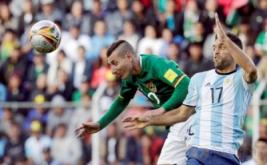 Aksi pemain Argentina Matias Caruzzo (kanan) dan pemain Bolivia Pablo Escobar saat berebut bola pada Kualifikasi Piala Dunia 2018 di Estadio Hernando Siles, La Paz, Bolivia, Selasa (29/3/2017) dini hari WIB. (REUTERS/David Mercado)