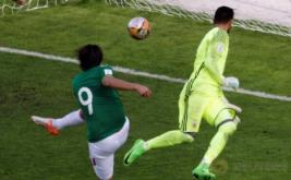 Pemain Bolivia Marcelo Martins (kiri) mencetak gol ke gawang Argentina pada Kualifikasi Piala Dunia 2018 di Estadio Hernando Siles, La Paz, Bolivia, Selasa (29/3/2017) dini hari WIB. (REUTERS/Manuel Claure)