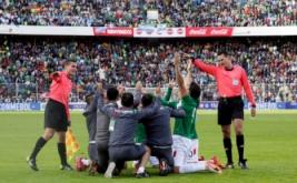 Pemain Bolivia melakukan selebrasi bersama seusai pertandingan melawan Argentina pada Kualifikasi Piala Dunia 2018 di Estadio Hernando Siles, La Paz, Bolivia, Selasa (29/3/2017) dini hari WIB.  (REUTERS/David Mercado)