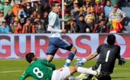 Aksi pemain Argentina Angel Di Maria (tengah) yang mencoba mencetak gol ke gawang Bolivia pada Kualifikasi Piala Dunia 2018 di Estadio Hernando Siles, La Paz, Bolivia, Selasa (29/3/2017) dini hari WIB.  (REUTERS/David Mercado)