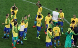 Para pemain Timnas Brasil memberikan tepuk tangan kepada penonton dalam Kualifikasi Piala Dunia 2018 di Arena Corinthians stadium, Sao Paulo, Brasil, Rabu (29/3/2017).  Timnas Brasil berhasil meraih tiga angka dalam lanjutan Kualifikasi Piala Dunia 2018 zona Amerika Selatan. Bertemu Paraguay, tim besutan Tite itu berhasil meraih kemenangan dengan skor telak 3-0.(REUTERS/Nacho Doce)