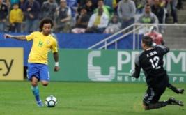 Pemain Timnas Brasil Marcelo melewati penjaga gawang Paraguay Antony Silva dalam Kualifikasi Piala Dunia 2018 di Arena Corinthians stadium, Sao Paulo, Brasil, Rabu (29/3/2017).  Timnas Brasil berhasil meraih tiga angka dalam lanjutan Kualifikasi Piala Dunia 2018 zona Amerika Selatan. Bertemu Paraguay, tim besutan Tite itu berhasil meraih kemenangan dengan skor telak 3-0. (REUTERS/Nacho Doce)