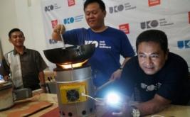 <p>  Ujang Koswara (kanan) memperlihatkan temuan kompor penghasil tenaga listrik yang diberi nama Hawuko di Bandung, Jawa Barat, Rabu (29/3/2017).</p>