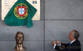 Presiden Portugal Marcelo Rebelo menghadiri acara perubahan nama bandara di Pulau Madeira, Portugal, Rabu (29/3/2017). Nama bintang timnas Portugal dan Real Madrid Cristiano Ronaldo diabadikan untuk bandara di Pulau Madeira, yang merupakan tempat kelahiran Ronaldo. (REUTERS/Rafael Marchante)
