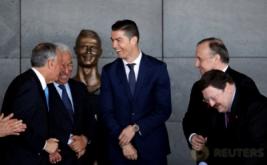 Pesepakbola Cristiano Ronaldo hadir pada acara perubahan nama bandara di Pulau Madeira, Portugal, Rabu (29/3/2017). Nama bintang timnas Portugal dan Real Madrid tersebut diabadikan untuk bandara di Pulau Madeira, yang merupakan tempat kelahiran Ronaldo. (REUTERS/Rafael Marchante)