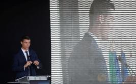 Pesepakbola Cristiano Ronaldo memberikan kata sambutan pada acara perubahan nama bandara di Pulau Madeira, Portugal, Rabu (29/3/2017). Nama bintang timnas Portugal dan Real Madrid tersebut diabadikan untuk bandara di Pulau Madeira, yang merupakan tempat kelahiran Ronaldo. (REUTERS/Rafael Marchante)
