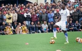 Gelandang baru Persib Bandung Michael Essien menjalani latihan di lapangan Lodaya, Bandung, Jawa Barat, Kamis (30/3/2017). Essien menjalani latihan perdana bersama Persib Bandung, sekaligus berkenalan dengan sesama pemain Persib lainnnya.