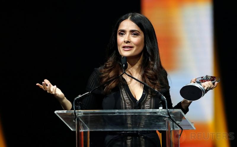 Berbalut Gaun Hitam Salma Hayek Terima Penghargaan CinemaCon Vanguard Award