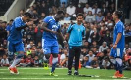 Pelatih Persib, Djajang Nurdjaman (kedua kanan) menyaksikan pesepakbola Persib, Michael Essien (kedua kiri) saat mengikuti latihan rutin di Lapangan Lodaya, Bandung, Jawa Barat, Jumat (31/3/2017). Pelatih Persib Bandung Djajang Nurjaman terus menggenjot strategi dan kerjasama tim untuk adaptasi dua pemain Michael Essien dan Carlton Cole jelang Liga Indonesia 2017 dan laga persahabatan melawan Barito Putera pada Rabu 5 April 2017 mendatang.