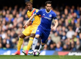 Pemain Chelsea Cesc Fabregas saat berebut bola dengan Wilfried Zaha pada pertandingan Liga Inggris Chelsea vs Crystal Palace di Stamford Bridge, Sabtu (1/4/2017) malam WIB. Reuters / Tony O'Brien