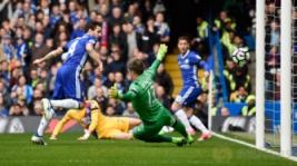 Pemain Chelsea Cesc Fabregas saat mencetak gol pertama pada pertandingan Liga Inggris Chelsea vs Crystal Palace di Stamford Bridge, Sabtu (1/4/2017) malam WIB. Reuters/ Tony O'Brien