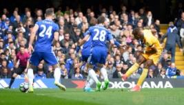 Pemain Crystal Palace Wilfried Zaha saat mencetak gol pertama untuk Crystal Palace pada pertandingan Liga Inggris Chelsea vs Crystal Palace di Stamford Bridge, Sabtu (1/4/2017) malam WIB.Reuters / Hannah McKay