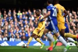 Christian Benteke saat mencetak gol kedua untuk Chrystal Palace pada pertandingan Liga Inggris Chelsea vs Crystal Palace di Stamford Bridge, Sabtu (1/4/2017) malam WIB. Reuters / Hannah McKay