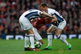 Pemain West Bromwich Albion's Darren Fletcher dan Craig Dawson saat berebut bola dengan Anthony Martial pada pertandingan liga Inggris MU vs WBA di Old Trafford, Sabtu (1/4/2017) malam WIB.Reuters / Andrew Yates