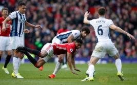 Pemain West Bromwich Albion Claudio Yakob saat berebut bola dengan Marcus Rashford pada pertandingan liga Inggris MU vs WBA di Old Trafford, Sabtu (1/4/2017) malam WIB.Reuters / Andrew Yates