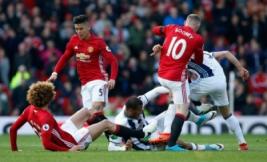 Pemain West Bromwich Albion Salomon Rondon saat berebut bola dengan Marcos Rojo, Marouane Fellaini dan Wayne Rooney pada pertandingan liga Inggris MU vs WBA di Old Trafford, Sabtu (1/4/2017) malam WIB.Reuters / Andrew Yates