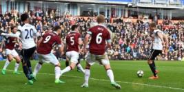 Pemain Tottenham Eric Dier saat mencetak gol pertama untuk tim pada pertandingan Burnley vs Tottenham Hotspur di Turf Moor Stadion, Sabtu (1/4/2017) malam WIB. Reuters / Anthony Devlin