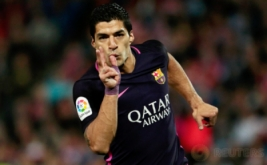 Luis Suarez selebrasi usai mencetak gol ke gawang Granada pada lanjutan Liga Spanyol musim 2016-2017 di Stadion Los Carmenes, Granada, Spanyol, Senin (3/4/2017) dini hari WIB. (REUTERS/Pepe Marin)