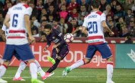 Neymar melepaskan tendangan ke gawang Granada pada lanjutan Liga Spanyol musim 2016-2017 di Stadion Los Carmenes, Granada, Spanyol, Senin (3/4/2017) dini hari WIB. (REUTERS/Pepe Marin)