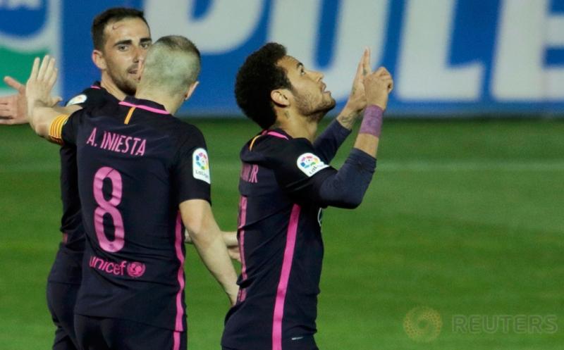 Neymar (kanan) selebrasi usai mencetak gol ke gawang Granada pada lanjutan Liga Spanyol musim 2016-2017 di Stadion Los Carmenes, Granada, Spanyol, Senin (3/4/2017) dini hari WIB. (REUTERS/Pepe Marin)