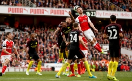 Aksi pemain Arsenal Shkodran Mustafi (dua kanan atas) berebut bola di udara dengan sejumlah pemain Manchester City pada lanjutan Liga Inggris musim 2016-2017 di Emirates Stadium, Minggu (2/4/2017) malam WIB. Arsenal harus puas berbagi poin dengan Man City usai bermain 2-2 hingga laga usai. (Reuters/John Sibley)