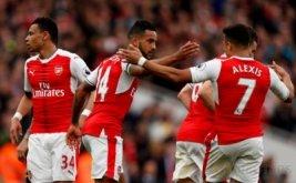 Pemain Arsenal Theo Walcott (dua kiri) melakukan selebrasi seusai mencetak gol ke gawang Manchester City dengan para pemain Arsenal lainnya pada lanjutan Liga Inggris musim 2016-2017 di Emirates Stadium, Minggu (2/4/2017) malam WIB. (Reuters/John Sibley)