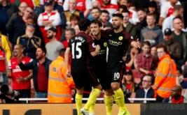 Pemain Manchester City Sergio Aguero (kanan) melakukan selebrasi bersama rekan-rekannya seusai mencetak gol ke gawang Arsenal pada lanjutan Liga Inggris musim 2016-2017 di Emirates Stadium, Minggu (2/4/2017) malam WIB. (Reuters/John Sibley)