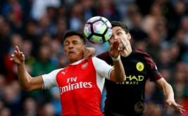 Aksi pemain Arsenal Alexis Sanchez (kiri) berebut bola dengan pemain Manchester City Jesus Navas pada lanjutan Liga Inggris musim 2016-2017 di Emirates Stadium, Minggu (2/4/2017) malam WIB. (Reuters/Eddie Keogh)