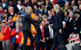 Pelatih Arsenal Arsene Wenger (kanan) berjabat tangan dengan pelatih Manchester City Pep Guardiola pada lanjutan Liga Inggris musim 2016-2017 di Emirates Stadium, Minggu (2/4/2017) malam WIB. (Reuters/Eddie Keogh)