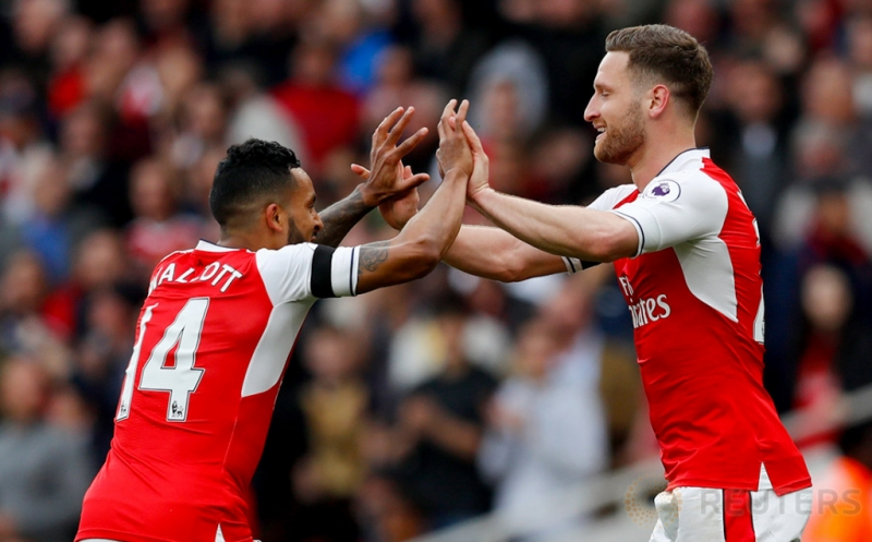 Pemain Arsenal Shkodran Mustafi melakukan selebrasi dengan Theo Walcott seusai mencetak gol ke gwang Manchester City pada lanjutan Liga Inggris musim 2016-2017 di Emirates Stadium, Minggu (2/4/2017) malam WIB. (Reuters/Eddie Keogh)
