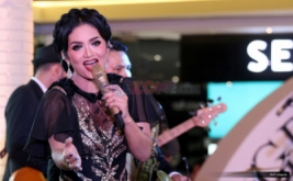 Penampilan Diva Krisdayanti Undang Perhatian Pengunjung