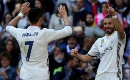 Karim Benzema selebrasi bersama Cristian Ronaldo setelah mencetak gol ke gawang Alaves di Estadio Santiago Bernabeu, Minggu (2/4/2017) malam WIB. (REUTERS/Sergio Perez)
