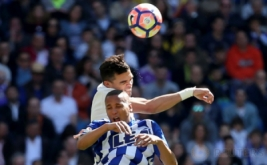 Pemain Real Madrid Pepe (kiri) dan Alaves Pemain Deyverson saling berebut bola di Estadio Santiago Bernabeu, Minggu (2/4/2017) malam WIB. (REUTERS/Sergio Perez)