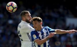 Pemain Real Madrid Dani Carvajal (kiri) dan pemain Alaves Ibai Gomez saling berebut bola di Estadio Santiago Bernabeu, Minggu (2/4/2017) malam WIB. (REUTERS/Sergio Perez)